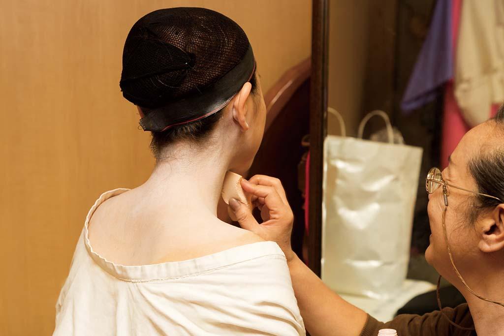 襟足、うなじ、背中の一部など、着物から出る肌は白く塗る