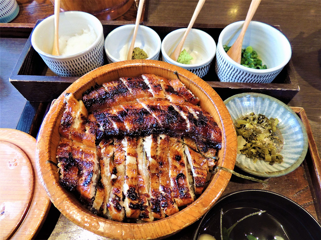 ランチは「千屋」で「日田まぶし」を。大根おろし、刻みネギ、ワサビ、そして日田名物の柚子胡椒を好みで加えて楽しめる。並3500円