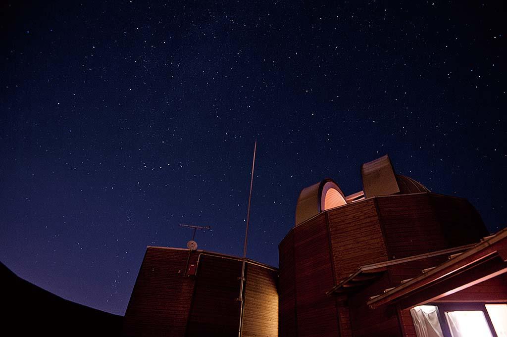 人工的な明かりに邪魔されない夜空には無数の星がきらめいている