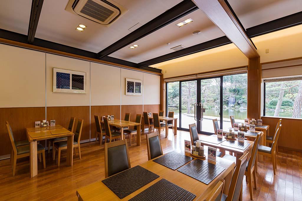 楽水の池や日本庭園を望む「カフェ&ギャラリーショップ 楽水亭」。カフェメニューのほかにランチメニューも揃っている