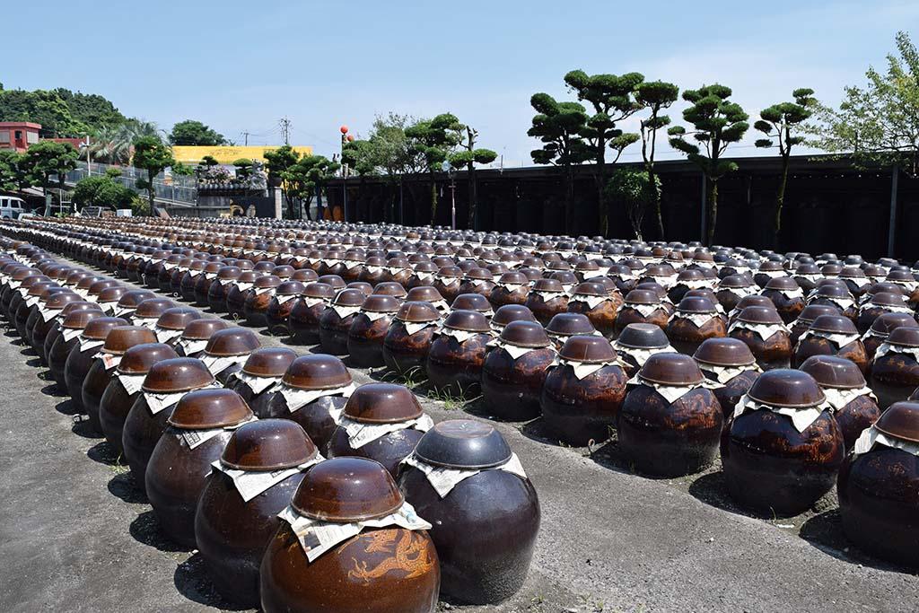 黒酢はかめ壺の中で1~3年かけて熟成される