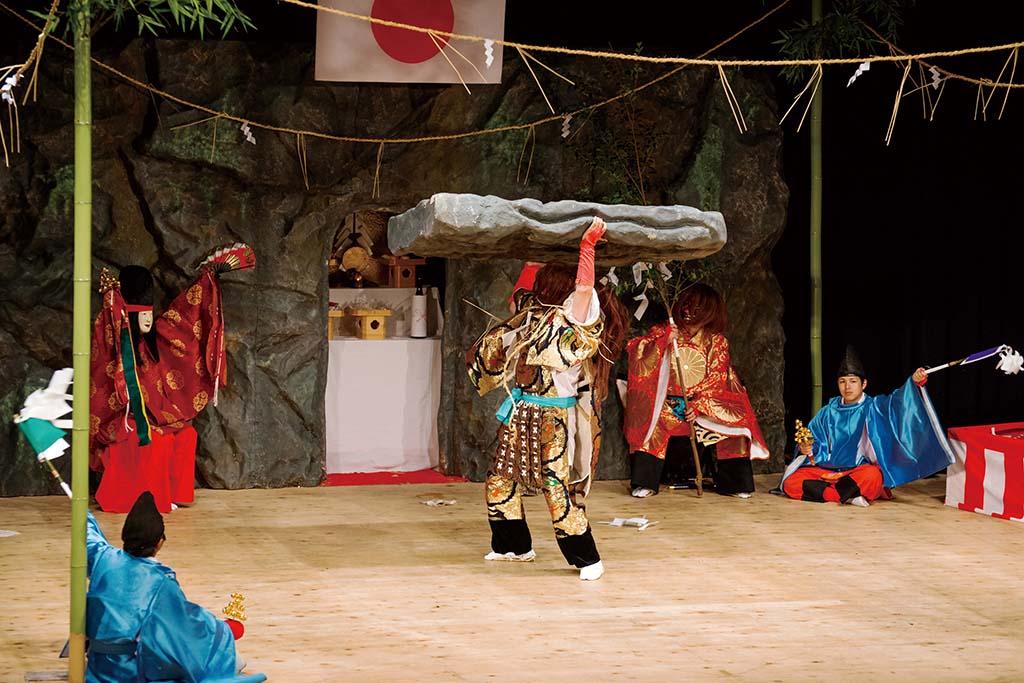 岩戸」のクライマックス、タヂカラオノミコトが天の岩戸を開きアマテラスオオミカミを連れ出す場面