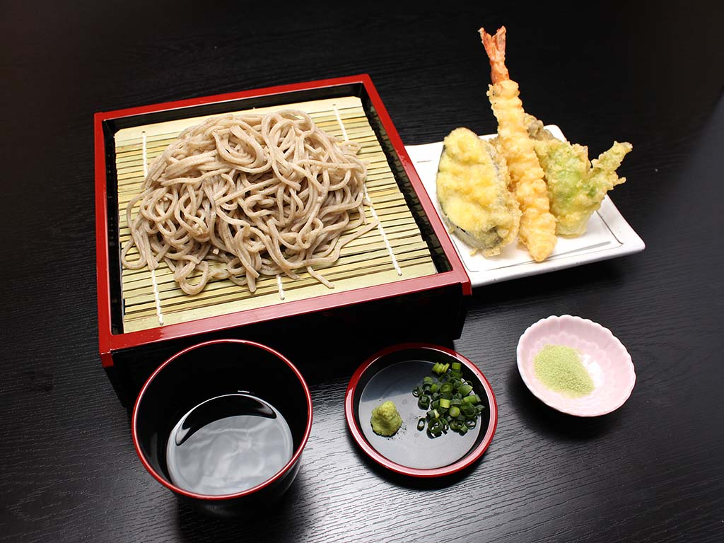 レストランのミニ天そばセット(1000円)