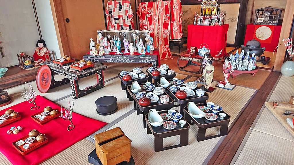 日本丸館の雛人形と雛道具。ここには長寿のお祝いに贈られた、白髪のお雛様「百歳雛」もある