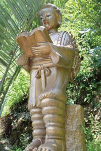 女性的な柔らかい表情の二宮金次郎像