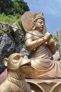 猿と猪を従えた仏像。西遊記の三蔵法師がモチーフ?