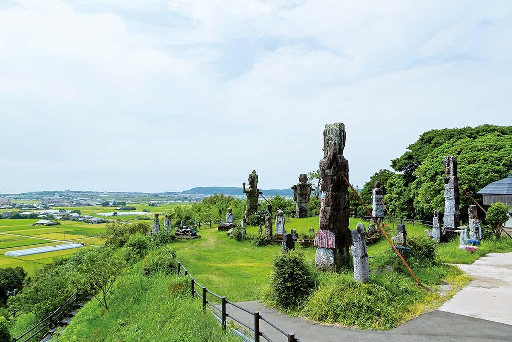 高鍋大師像が立つ花守山は花公園としての整備が進んでいる
