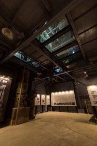 工場見学で最初に案内される旧蒸溜塔。内部には巨大な焼酎の連続式蒸溜機が保存されており、本坊酒造の歴史を解説するパネルも展示されている