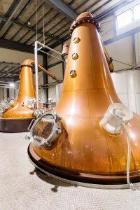 ウイスキーのポットスティル(蒸溜釜)。蒸溜所ごとに釜の形状や冷却器のタイプが異なり、それぞれ異なる味わいのウイスキーを抽出できる