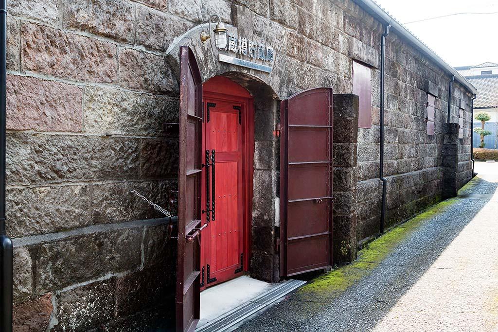 石蔵樽貯蔵庫。内部はひんやりとして、木の香りとウイスキーが醸し出すほのかな甘みを感じる香りで満たされている
