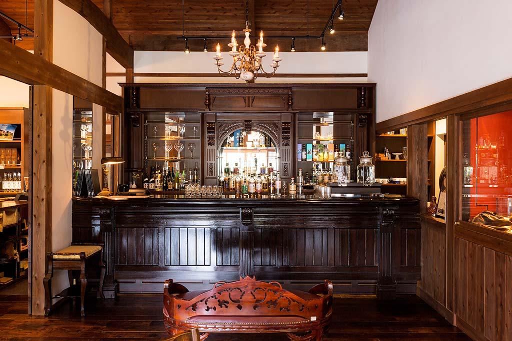 試飲ができるCafe Bar&Shop本坊家旧邸「寶常(ほうじょう)」。本坊酒造二代目社長・本坊常吉の自宅を改装したものでアンティークのバーカウンターが設えられている