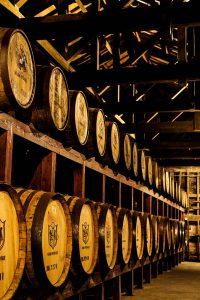 石蔵樽貯蔵庫で熟成されるマルスウイスキーの原酒。ウイスキー蒸溜直後は透明で、木樽に詰めて長期熟成されることによって琥珀色に変化していく。木樽の大きさやタイプによってその風味も違いが出るという