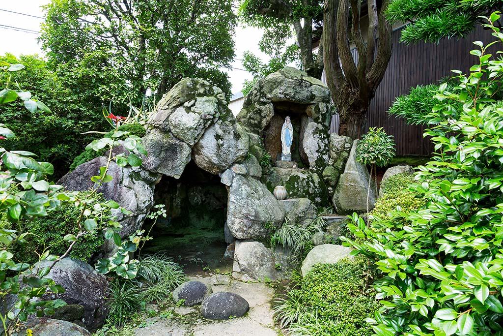 フランス・ルルドの奇跡の泉を再現した洞窟に立つマリア像
