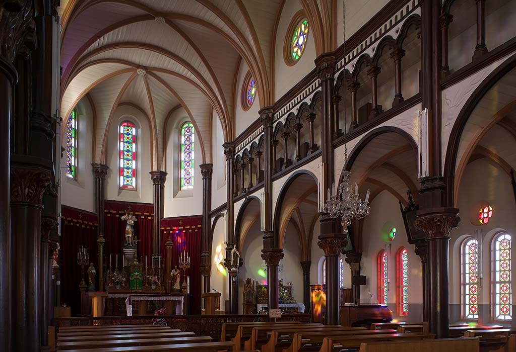 祭壇の大天使ミカエルが見守る堂内。天井はこうもり天井と呼ばれるリブ・ヴォールト天井※写真は大刀洗町役場提供。内部の写真撮影禁止