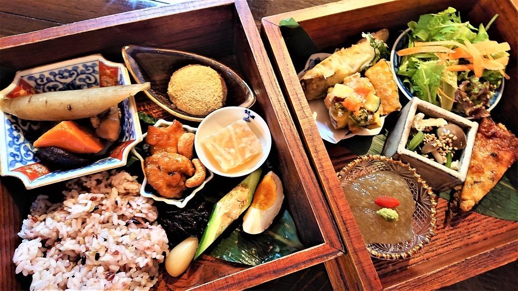 ごぼう弁当(税別1800円)は要予約。クコの実とわさびを載せているのはごぼう豆腐。