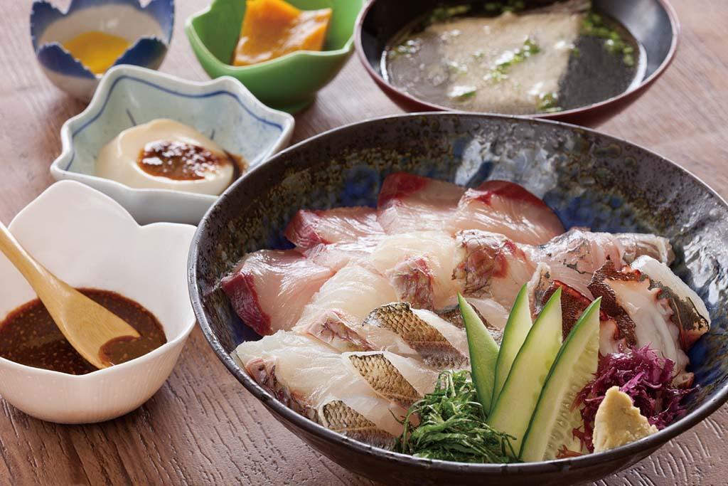 魚島来めし(並1050円)。サザエの壺煮と茶碗蒸しが付く上は1500円