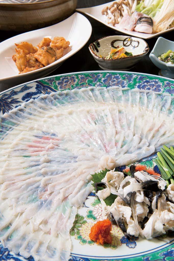 とらふぐと地魚のコースの一例。フグ刺し、フグの唐揚げ、フグ鍋など。食事のみで1名7700円