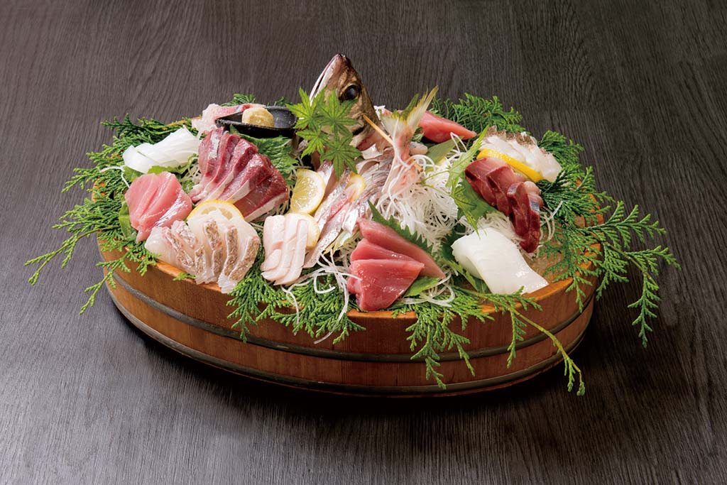 とらふぐと地魚のコースには豪華な刺し盛りも付いてくる。